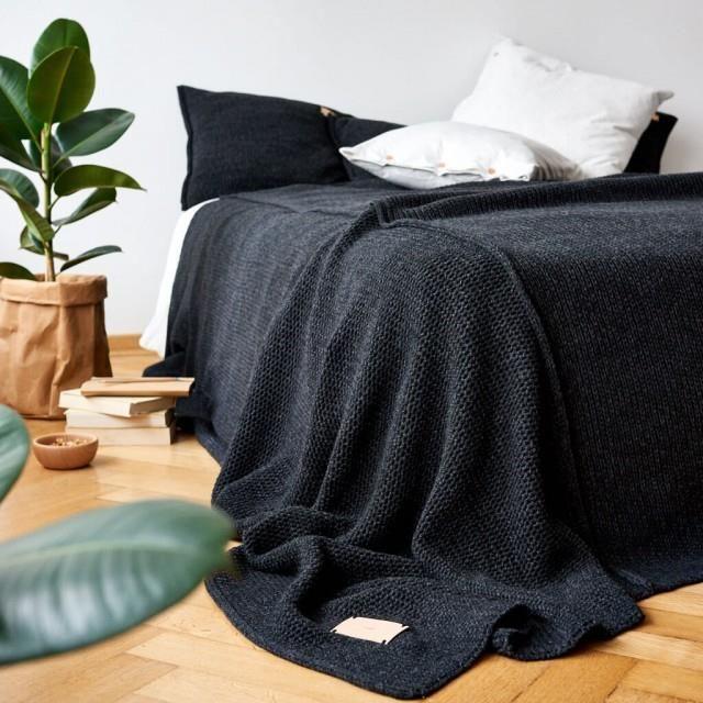 duża-czarna-narzuta-na-łóżko-parkiet-dębowy-fikus-inspiracje-jak-dekorować-wnętrza