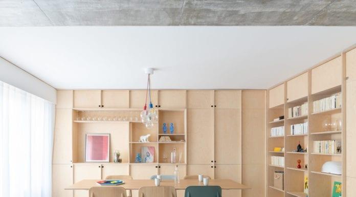 apartament-w--paryżu-sklepka-jadalnia-ze-stołem-krzesła-inspiracje-nietypowe-mieszkanie