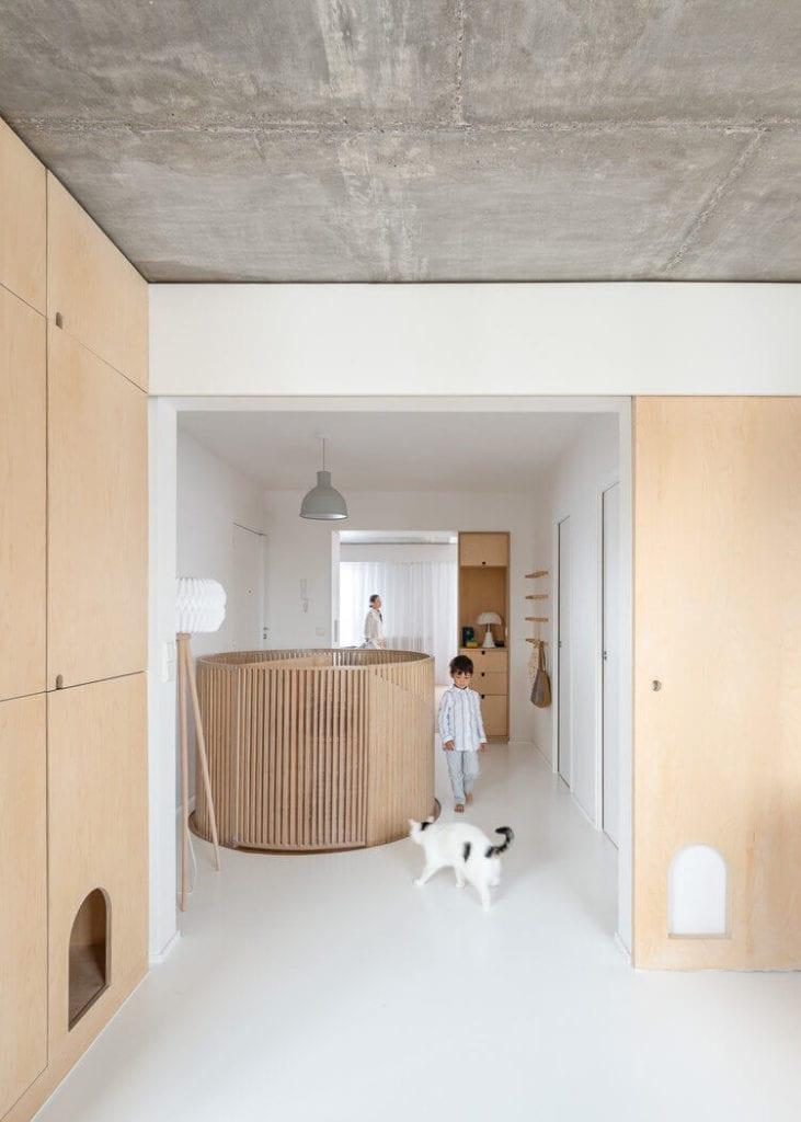 nietypowe-mieszkanie-biel-drewno-sklejka