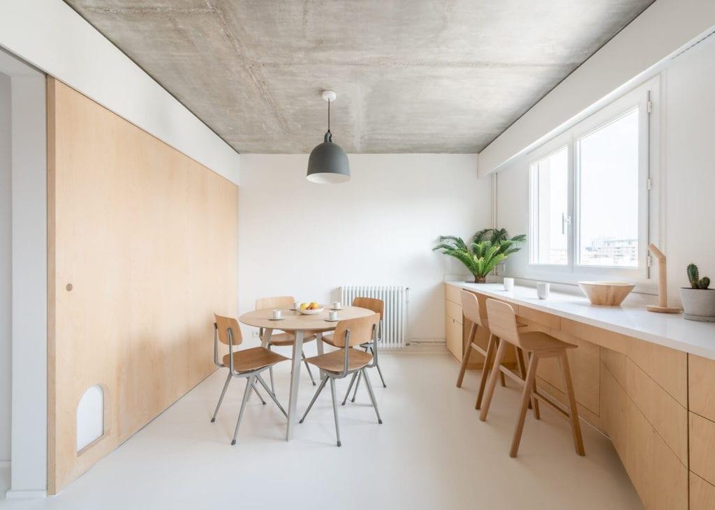 kuchnia-ze-sklejki-inspiracje-wnętrze-drewno-biel-nietypowe-mieszkanie
