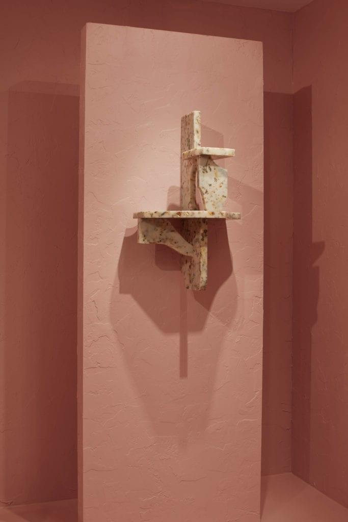nietypowe-meble-z-żywicy-epoksydowej-inspiracje-polski-design-różowa-ściana-półka
