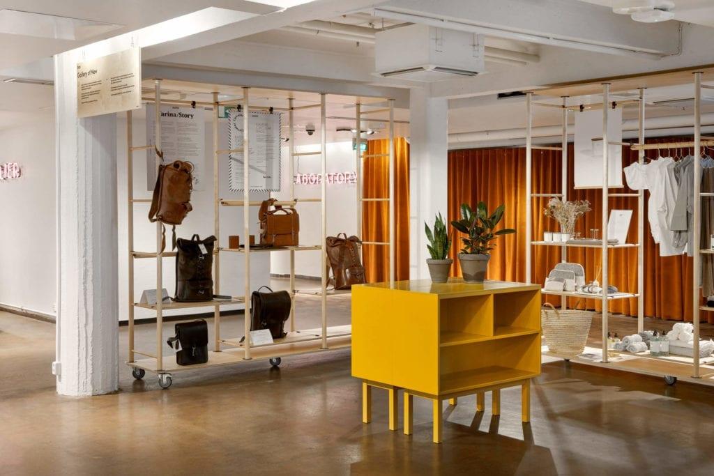 wnętrza-publiczne-inspiracje-strefa-wystawowa-punkt-odbioru-regał-szafa-podłoga-parkiet