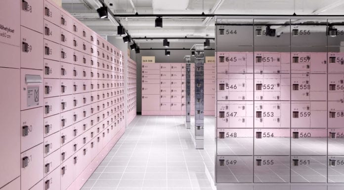 wnętrza-publiczne-pudrowy-róż-punkt-odbioru-zamówień-paczkomat-inspiracje-lustro