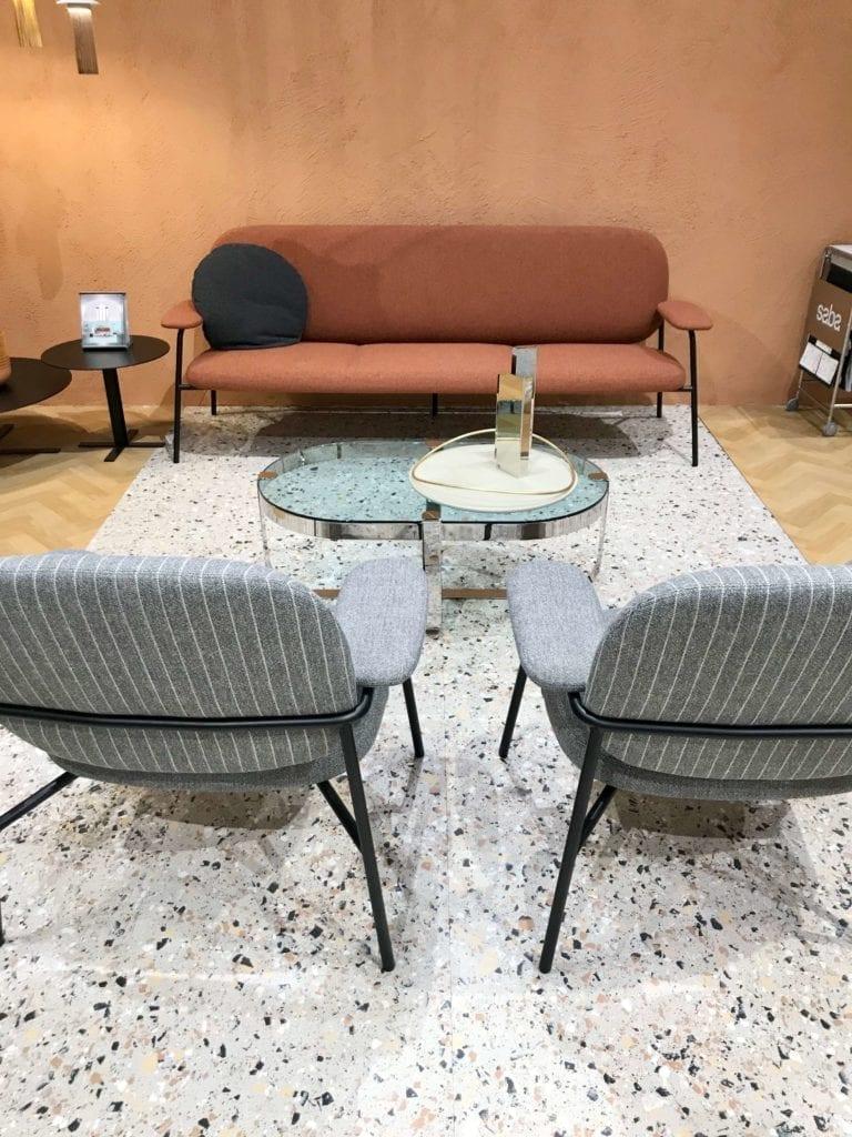 lastryko-na-podłodze-inspiracje-krzesła-kanapa-mediolan