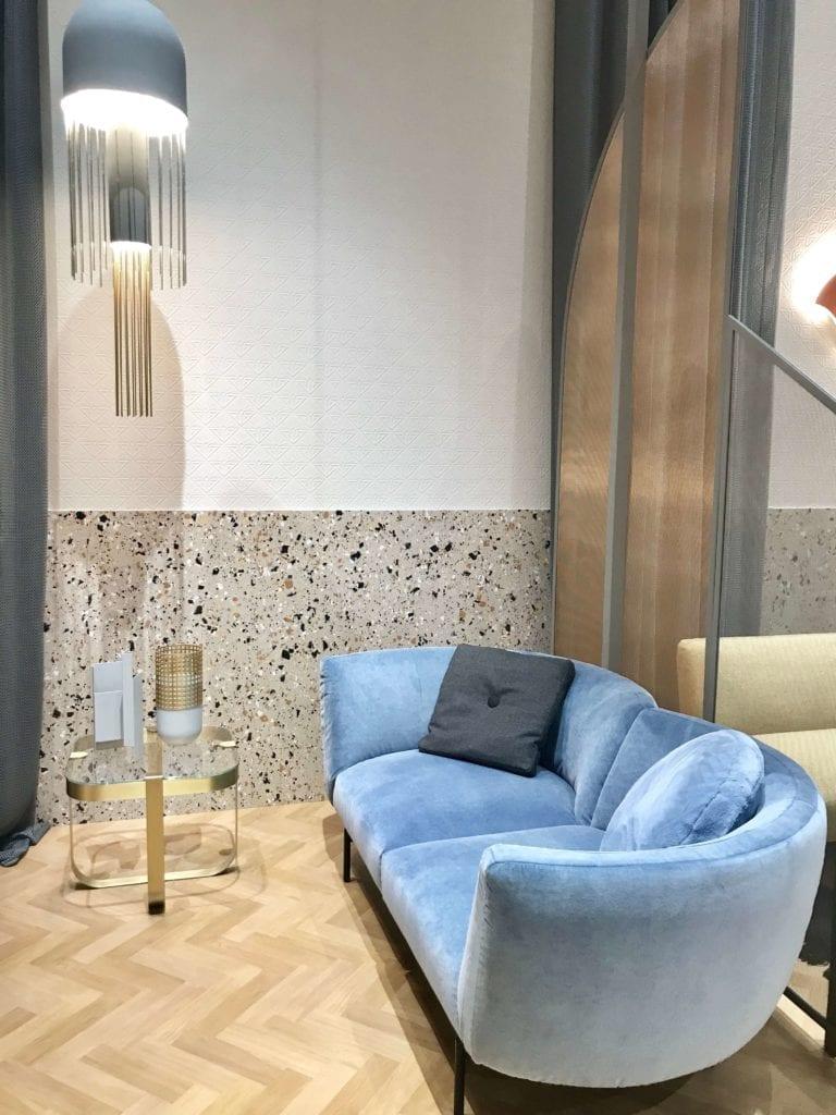 Lamperia-z-lastryko-inspiracje-błękitka-welurowa-kanapa-lampa-wisząca-salone-del-mobile