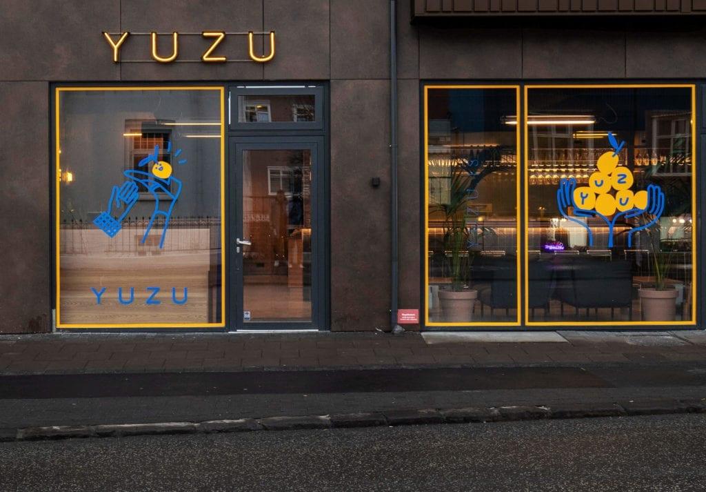 fasada-restauracji-beton-inspiracje-żółty-kolor-niebieski-piękno-i-minimalizm