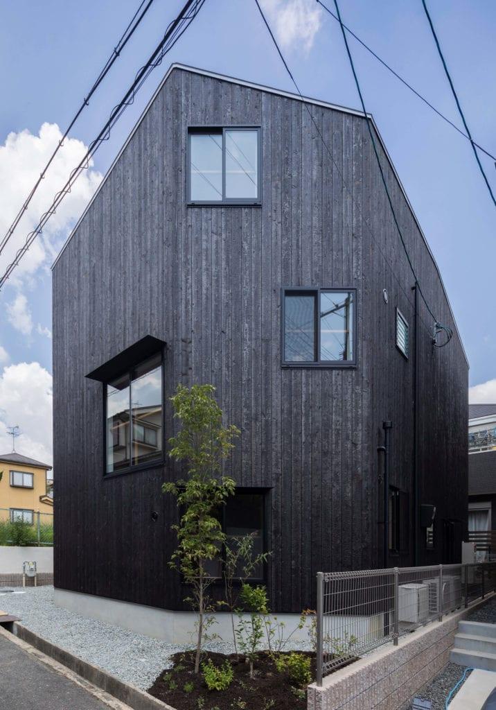 elewacja-domu-z-poczarnianego-drewna