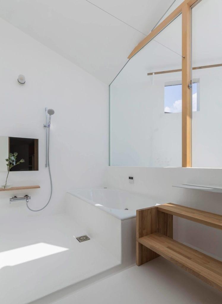 biała-łązienka-z-elementami-drewna-inspiracje-tato-architects-wanna