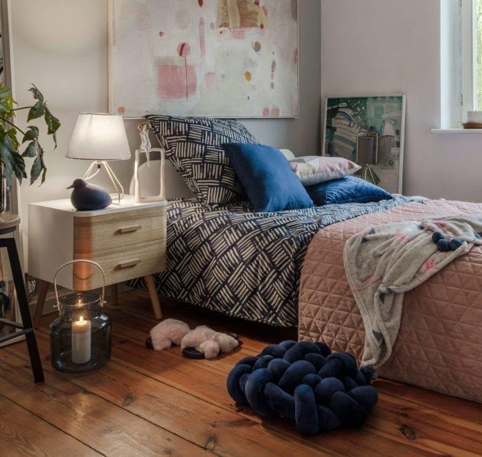 kolor-roku-2020-classic-blue-sypialnia-łóżko-poduszka