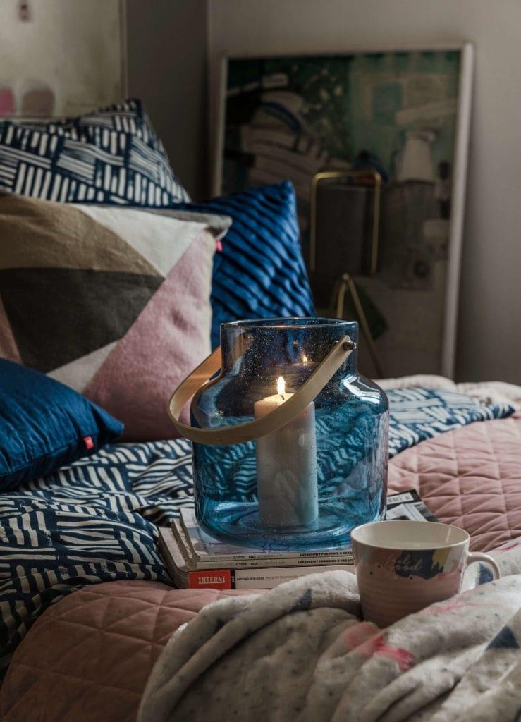 kolor-roku-2020-classic-blue-sypialnia-łóżko-poduszka-świecznik