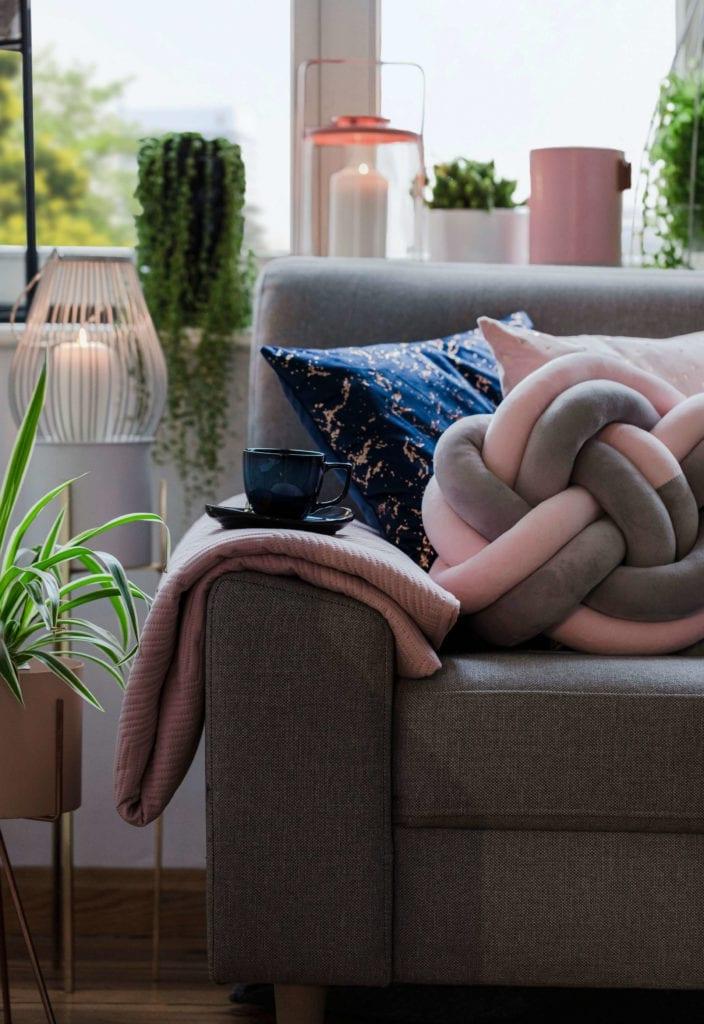 kolor-roku-2020-classic-blue-poduszka-kanapa-inspiracje