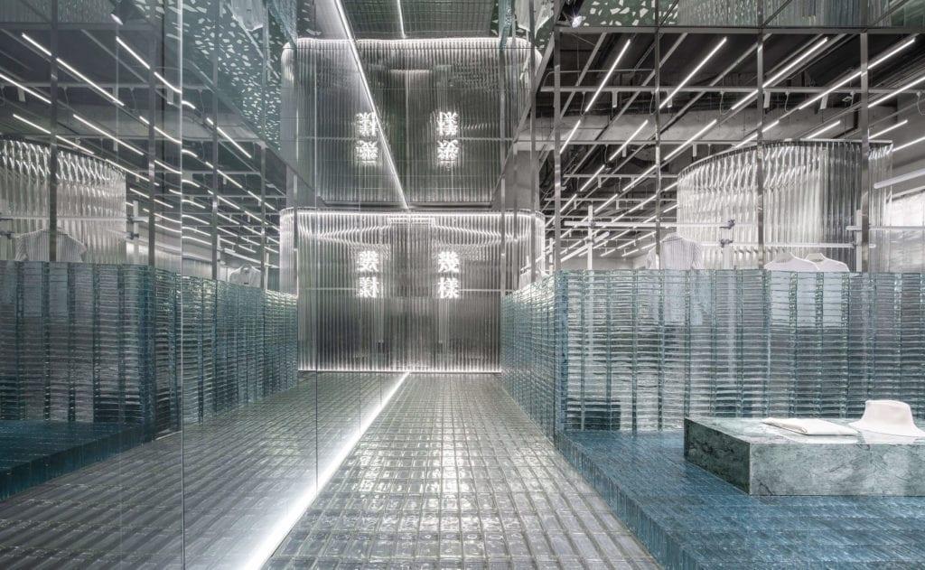 nietypowe-sklepy-inspuracje-szkło-lustra-szklana-podłoga-cegła