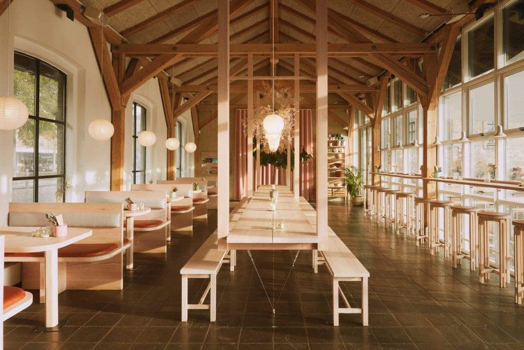 wnętrze-restauracji-w-kopenhadze-drewno