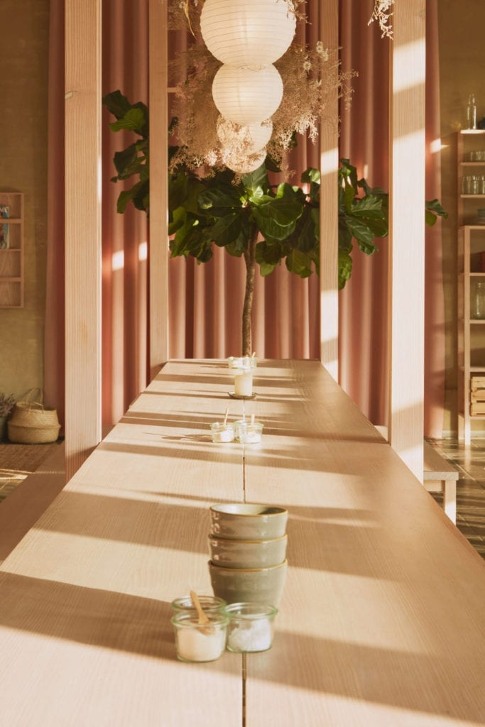 japoński-minimalizm-we-wenętrzu-restauracji-papierowe-lampiony-drewniany-stół-pudrowy-róż