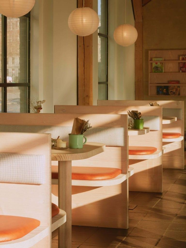 kabiny-w-restauracji-drewno-inspiracje
