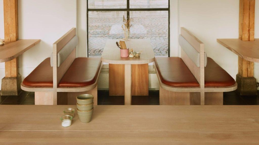 ławki-drewniane-tapicerowane-inspiracje-wnętrze-restauracji-minimalizm-po-japońsku