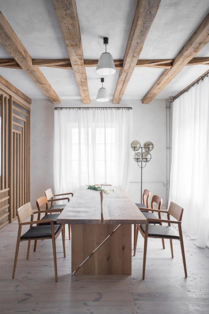 jadalnia-biała-inspiracje-krzesła-stół-japoński minimalizm