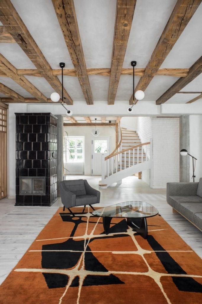 dywan-w-salonie-ręcznej-robotysofa-fotel-kominek-belki-drewno