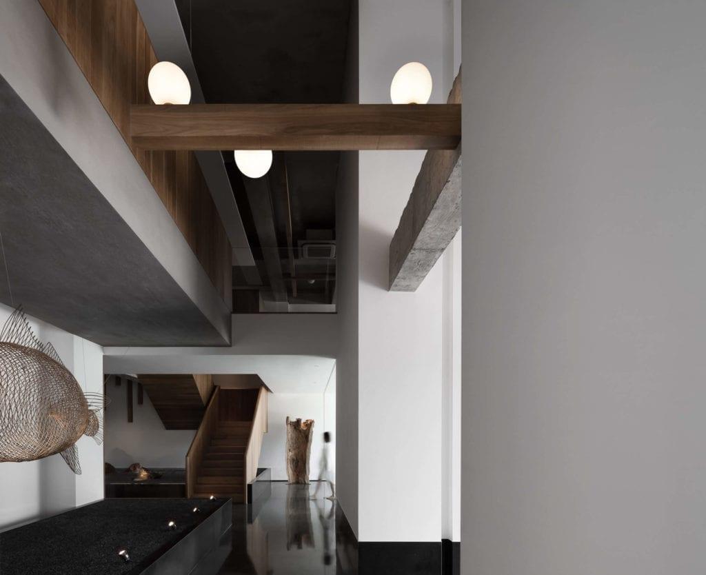 dębowe-drewno-inspiracje-białe-wnętrze-kupe-lampy