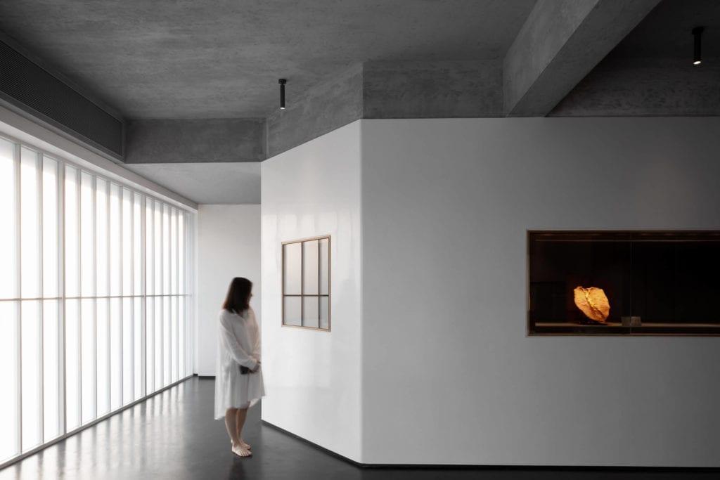 betonowy-sufit-inspiracje-białe-ściany-wnętrze-muzeum