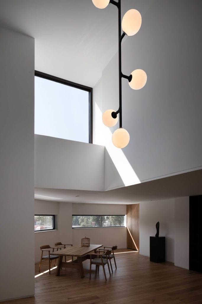 lampy-kule-inspiracje-drewniana-podłoga-białe-ściany