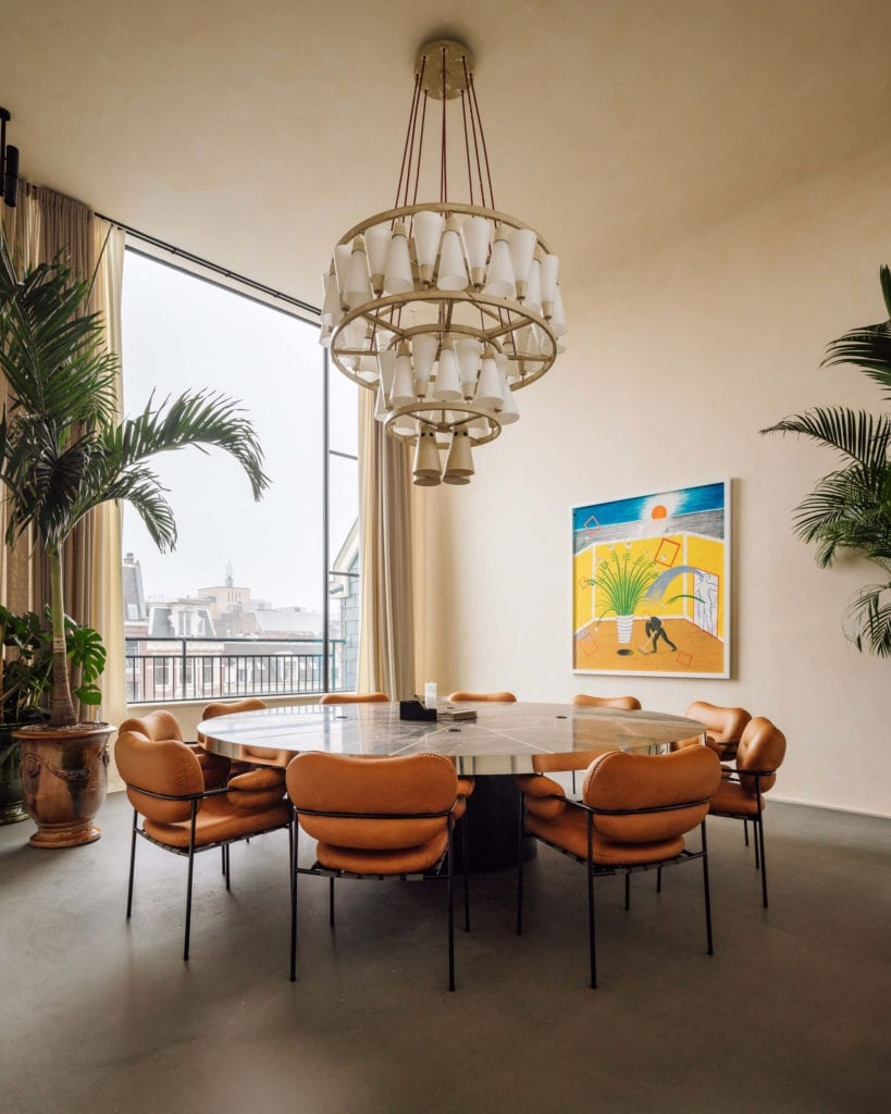 Biuro-wnętrze-coworking-inspiracje-marmurowy-stół-sala-konferencyjna-inspiracje-krzesła-bollo