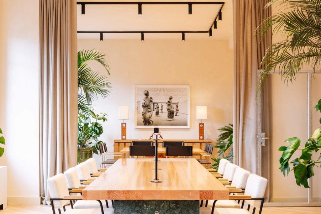 Biuro-wnętrze-coworking-inspiracje-drewniany-stół-pluszowe-fotele