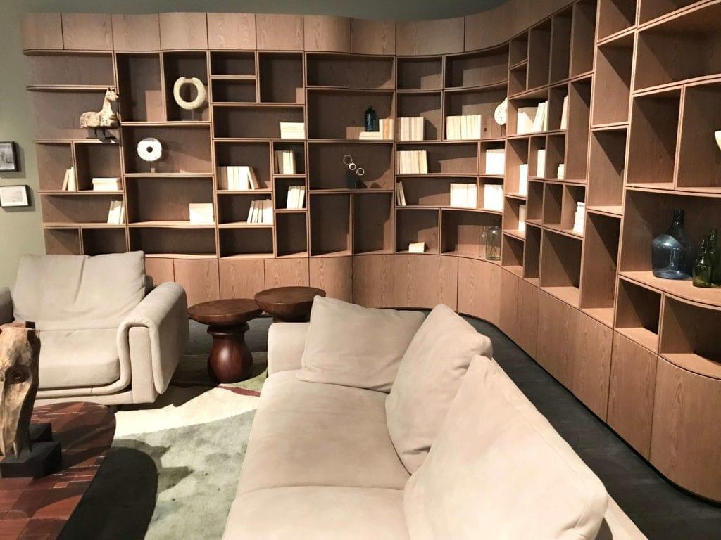 Roche-Bobois-ścianka-meblowa-inspiracje-sofa-różowa-kanapa-salone-del-mobile-moda-xx-wieku