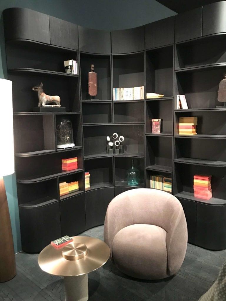 Roche-Bobois-ścianka-meblowa-inspiracje-sofa-różowa-fotel-salone-del-mobile