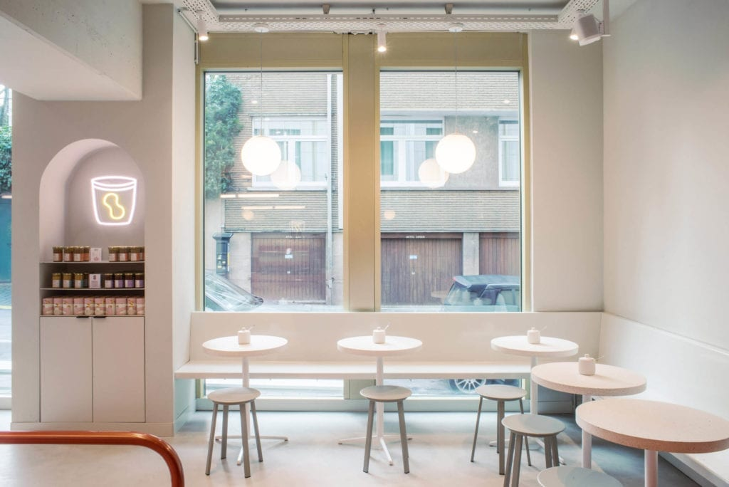 białe-wnętrze-inspiracje-kawiarnia
