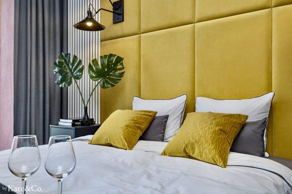 miodowe panele tapicerowane aranżacja małej sypialni