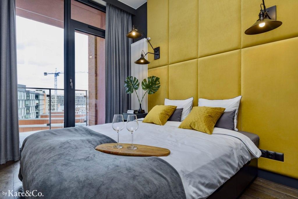 aranżacja małej sypialni panele tapicerowane za łóżkiem