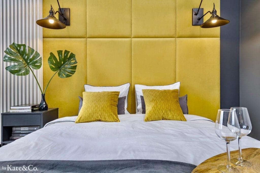 tapicerka w kolorze miodowym za łóżkiem
