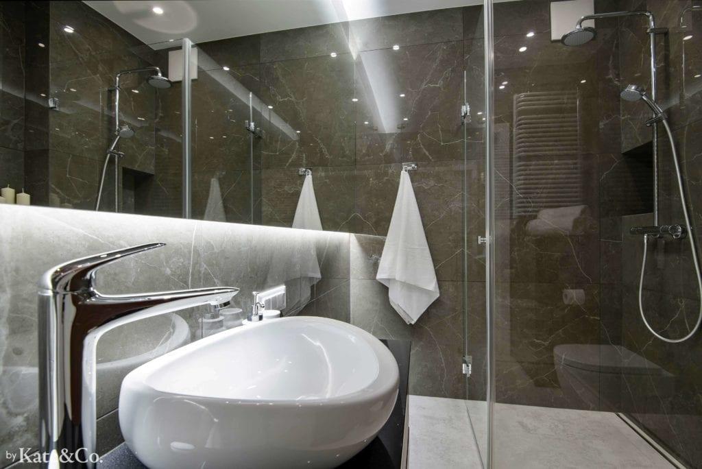 łazienka-w-ciemnych-płytkach-tubądzin-imitacja-kamienia-biała-podłoga-umywalka-nablatowa-duże-lustro-prysznic-miska-ustępowa