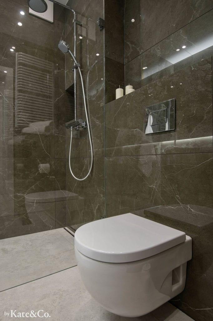 łazienka-w-ciemnych-płytkach-tubądzin-imitacja-kamienia-biała-podłoga-prysznic-miska-ustępowa