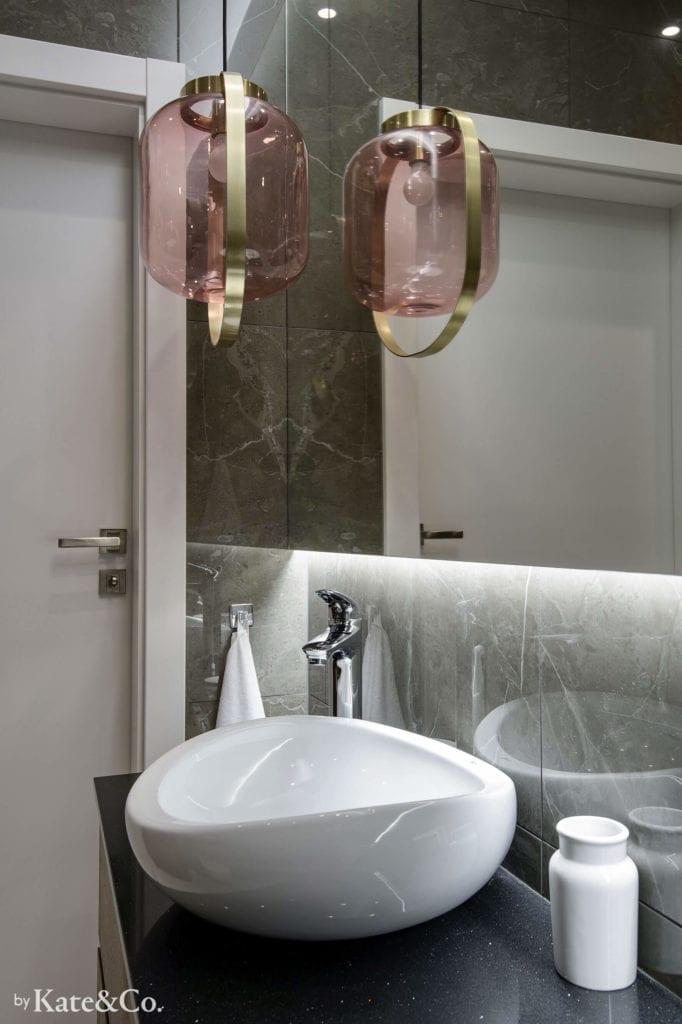 umywalka-nablatowa-biała-różowa-wisząca-lampka-duże-lustro-w-łazience