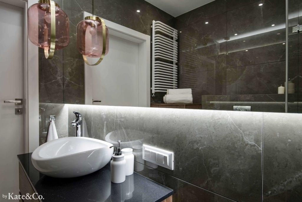 umywalka-nablatowa-ciemna-łazienka-tubądzin-mulina-inspiracje-różowa-lampa-wisząca