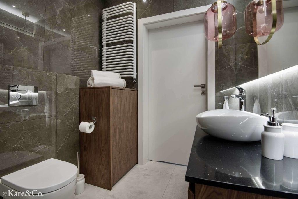 łazienka-w-ciemnych-płytkach-tubądzin-imitacja-kamienia-biała-podłoga-umywalka-nablatowa-duże-lustro-miska-ustępowa-białe-drzwi-drewniane-szafki