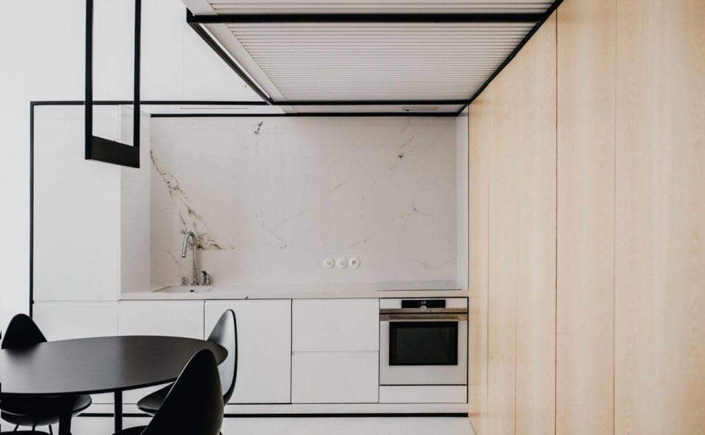 wnętrze-roku-konkusr-dla-architektów-inspiracje-drewniane-szafki-minimalizm-czarne-elementy-krzesła-biel