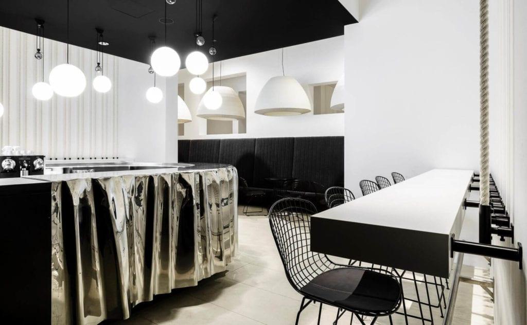 wnętrze-publicne-inspiracje-czerń-biel-krzesła-lapmy