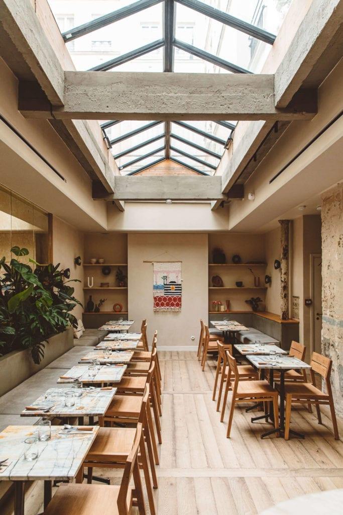 restauracje-inspiracje-drewno-sroliki-krzesła-świetlik