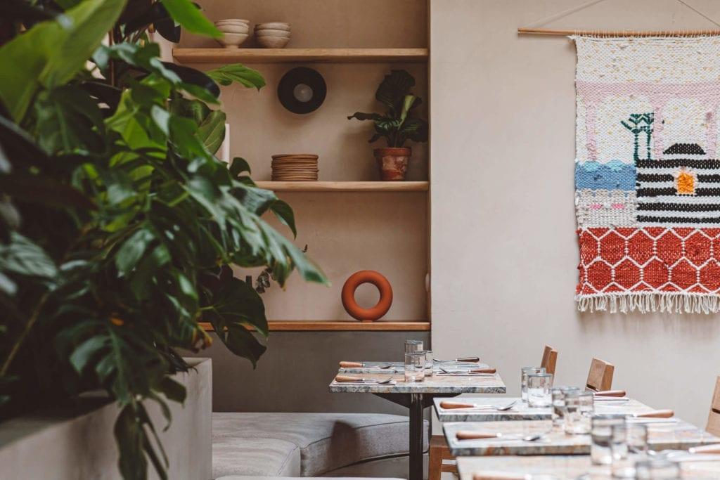 ciekawe-wnętrza-restauracji-drewno-beton-rośliny