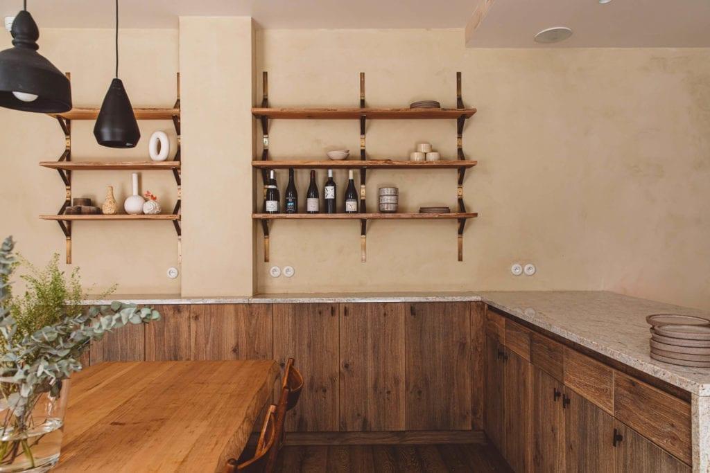 drewniane-szafki-wiszące-lampki-inspiracje-ciekawe-wnętrza