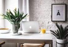 home-office-jak-urządzić-miejsce-do-pracy-inspiracje-biurko-laptop