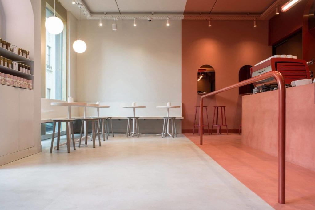 białe-ściany-terakota-inspracje-kawiarnia-stoliki-krzesła-bar-lampy