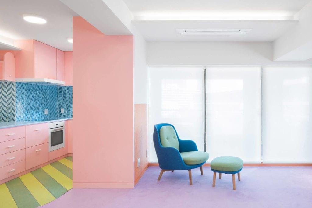 salon-fioletowy-dywan-niebieski-fotrl-różowe-ściany