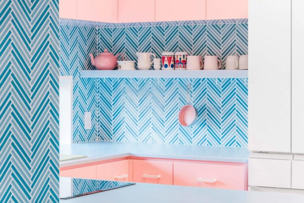 kuchnia-kolorowa-inspiracje-zieleń-róż-błękit-niebieski-kolorowe-mieszkanie