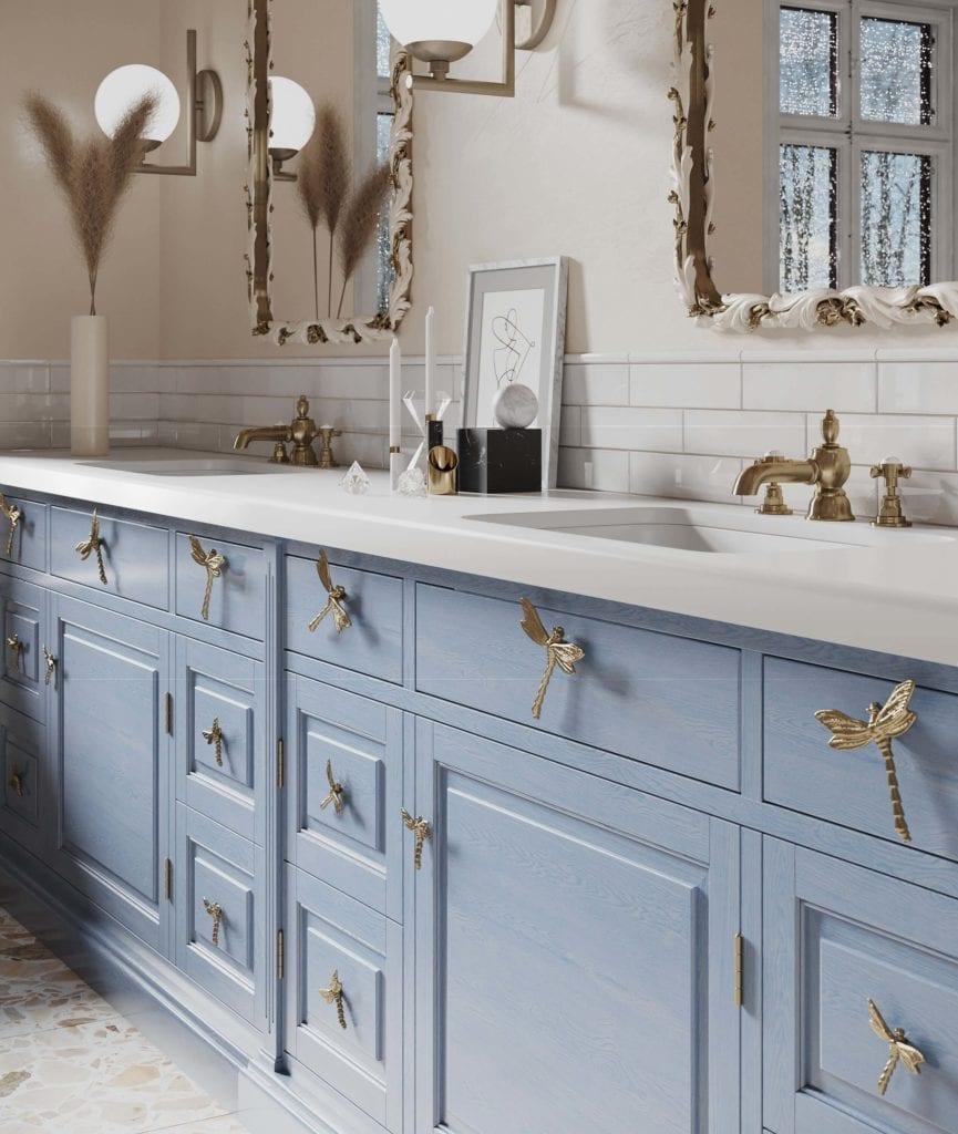 uchwyty-mosiężne-do-mebli-w-kształcie-ważki-inspiracje-łazienka-niebieskie-fronty-biały-blat-złoty kolor