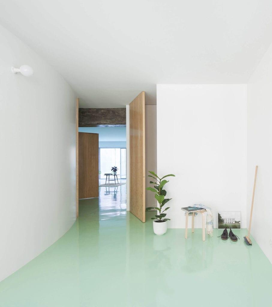 białe-wnętrze-miętowa-podłoga-z-żywicy-epoksydowej-inspiracje-proste-wnętrze-rośliny-drewno-drzwi