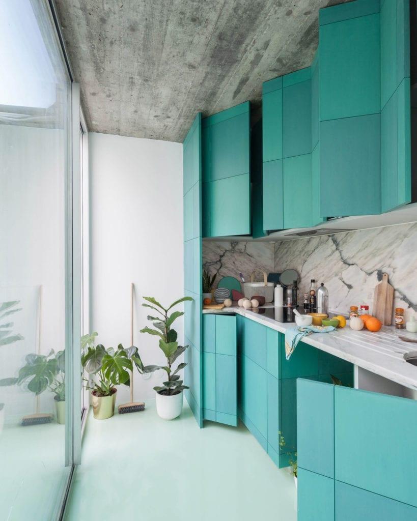 kuchnia-turkusowe-szafki-miętowa-podłoga-białe-ściany-marmur